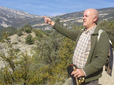 Paco indica la ubicación de Santo llegando a La Cabezonada